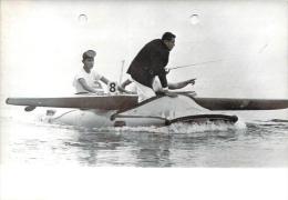 J.O. Mexico 1968 - L'Hydravion/Kayac, Le Kayac Du Bolivien Fernando Inchauste Ramené Au Port, Photo AFP (humour) - Jeux Olympiques