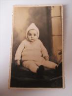 AK / Fotokarte 1910er Jahre Baby / Kleinkind Mit Strickanzug / Mütze Süß!! - Portraits