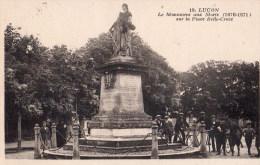 Luçon : Le Monument Aux Morts Sur La Place Belle Croix - Lucon