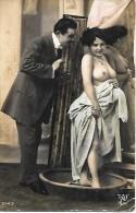 CARTE POSTALE ORIGINALE PHOTO ANCIENNE : COUPLE DONT FEMME PIN UP SEXY ET EROTIC AU GROS SEINS NUS ET BIJOUX - Couples