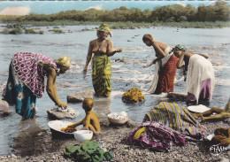 Sénégal,afrique,DAKAR,période  Coloniale Française,AOF,LESSIVE AU BORD DU FLEUVE,femme Sein Nu Les Pieds Dans L´eau,r - Sénégal