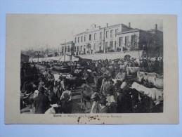 C P A  ANIMEE  MARCHE AUX BESTIAUX DEVANT LE GROUPE SCOLAIRE DE BOEN ANNEES 1900 - Francia