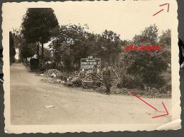 WW2 PHOTO ORIGINALE Soldat Allemand PANNEAU Direction REMIREMONT CHARMOY DEVANT BRUYERES Près Epinal VOSGES 88 LORRAINE - 1939-45