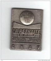 Pin´s  Vieil  Argent, SECURITE  SOCIALE  C N A V  LA  RETRAITE  DES  SALARIES - Administrations