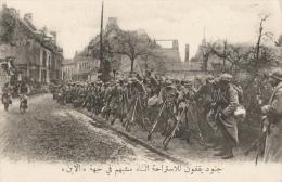 CPA Sous-titrée En Arabe - Dans L'Aisne - Halte De Soldats - Guerra 1914-18