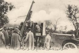 CPA Sous-titrée En Arabe - Dans La Marne - Les Correspondants De Guerre Examinant Une Auto Canon - Guerra 1914-18