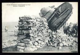 Cpa Militaria Char D´ Assaut Franchissant Un Mur  Devant L´ Infanterie    BCH19 - Ausrüstung