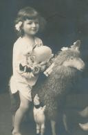 ENFANTS - LITTLE GIRL - MAEDCHEN - Jolie Carte Fantaisie Portrait Fillette Avec Animaux En Peluche Lapin Mouton & Poupée - Portraits