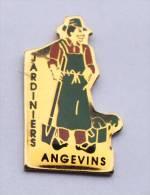 Pin's  ANGERS (49) - Jardiniers Angevins - Le Jardinier - Béche - Arrosoir - D536 - Cities
