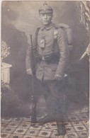 Foto Soldat In Uniform Mit Pickelhaube Gefechtsbereit Mit Marschgepäck Taschenlampe WW1 - Guerre 1914-18