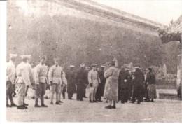 POSTAL     CHINA -  POLICIAS ANTE PALACIO - China
