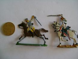 4 Petits Soldats En 1/2 Figures,étain? , 2 Cavaliers à L´attaque, 2 Fantassins - Small Figures