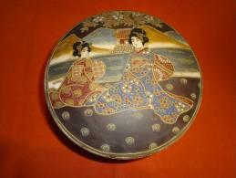 Céramique Couverte De Satsuma (Japon) XXe Siècle , Reposant Sur 3 Pieds, Décor 2 Femmes Devant Une Rivière - Art Asiatique