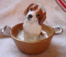 STATUETTE FIGURINE JOLI CHIEN RESINE BEBE EPAGNOL DANS BASSINE / BAIN - Dogs