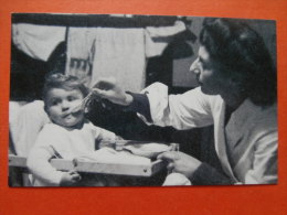 31702 REPRODUCTION PC: NOSTALGIA: Mother And Child, 1945. - Postcards
