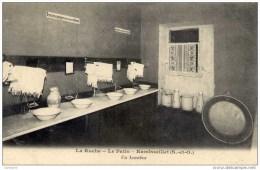 78 -RAMBOUILLET- La RUCHE,Le Patis.- Un Lavabo - Rambouillet