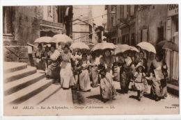 13 - ARLES . RUE DU 4 SEPTEMBRE - GROUPE D´ARLÉSIENNES - Réf. N°842 - - Arles