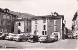 ALLEVARD (38) Place Du Temple, Renault Dauphine, 4cv, Peugeot 403, Garage - Allevard
