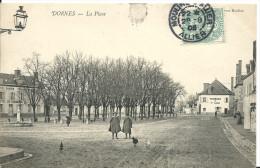 DORNES  ( Nièvre ) -  SUR LA PLACE -  1905 -  Hôtel Du Commerce -  Pharmacie - Non Classés