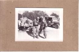 PHOTOS - GUERRE D'ALGERIE - PHOTO - 2 MILITAIRES DEVANT UNE JEEP - JEEP HOTCHKISS ?? - Krieg, Militär