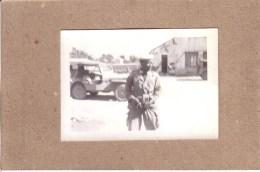 PHOTOS - GUERRE D'ALGERIE - PHOTO - MILITAIRE NOIR AFRICAIN DEVANT UNE JEEP - JEEP HOTCHKISS ?? - Krieg, Militär