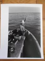Photo  Camargue Le Grau Du Roi  Aigues Mortes Pêcheur Barque Papier Cartoliné 24 X 30 Cm Années 70 - Lieux