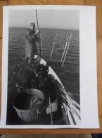 Photo  Camargue Le Grau Du Roi  Aigues Mortes Pêcheur Sur Sa Barque Papier Cartoliné 24 X 30 Cm Années 70 - Lieux
