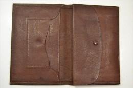 Ancien porte-feuille porte feuille porte monnaie en cuir d�but 20eme Si�cle. Id�al reconstitution ann�es 1930 - 1950 WW2
