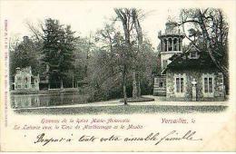Versailles   307          Hameau De La Reine Marie Antoinette. La Laiterie Avec La Tour... Et Le Moulin( Nuageuse )  . - Versailles (Kasteel)