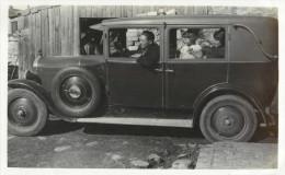 BELLE CARTE PHOTO  ANCIENNE VOITURE AVEC SON CHAUFFEUR - FAMILLE - A IDENTIFIER - - Taxi & Carrozzelle