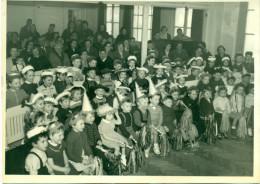 Grote Oude Schoolfoto - Carnavalfeest Met Kinderen - Size 13 Cm X 18 Cm - Jaren 50 Of 60 In Goede Staat - Personnes Anonymes