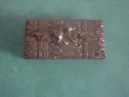 BOITE A TIMBRES  EN BOIS  FINEMENT SCULPTEE - Stamp Boxes