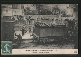 CPA Greve Générale Des Chemins De Fer, Grèvistes Arrêtant Un Train, Abkoppeln Der Lok Vom Kohlewagen - Trains