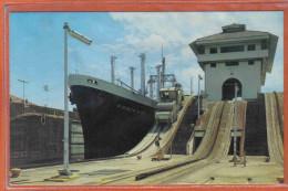 Carte Postale Panama  Le Canal Gatun  Déchargement Du Cargo  Pioneer Ming Trés Beau Plan - Panama