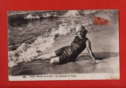 """1391-  Femme En Maillot De Bain  - """""""" Plaisirs De La Mer, En Attendant La Vague """"""""   (recto-verso) - Donne"""