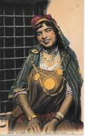 CARTE POSTALE ORIGINALE ANCIENNE : JEUNE FEMME ARABE ; SCENES ET TYPES - Algérie