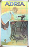 Affiche Machine à Coudre ADRIA En Provenance De L´ Ancienne Yougoslavie. Année 1981. Fillette En Train De Coudre. - Afiches