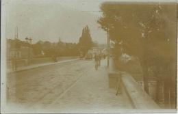 """Carte Photo Vue D'un Pont - Homme Faisant Du Footing - Mention Manuscrite Au Verso """"Cherchez Léon"""" - Cartes Postales"""