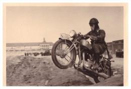 Wehrmacht - Foto , Uffz. Treuth Mit Motorrad In Makalle / Afrika , II. Weltkrieg , Deutsches Reich , BMW , NSU , Moto !! - Fahrzeuge