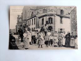 Carte Postale Ancienne : 49 TILLIERS : Un Groupe D´ Amis Au Chevet De L´église, Animé, TRES RARE - Autres Communes