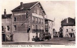LOUDES (Hte-Loire), Route Du Puy - Arrivee De L'Autobus - Hotel Varenne - Combier Imp Macon - Hotels & Gaststätten