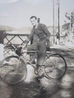 Cyclisme Photographie Ancienne D'un Jeune Homme Sur Sa Bicyclette Devant La Voie Ferrée Vélo De Course - Cycling