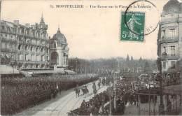 34 - Montpellier - Une Revue Sur La Place De La Comédie - Montpellier