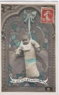 Bébés/ Carte HumoristiqueBébé Accroché à Un Vitrail/je Suis Né Le 29 Août /Vers 1910     HUM16 - Humorkaarten