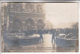 INONDATIONS DE PARIS Janvier 1910 ( CRUES DE LA SEINE ) Arrivée Sur Le Parvis Notre Dame De Canots Bertbon - CPA - - Alluvioni Del 1910