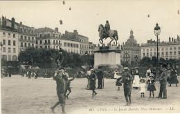 LYON -- LE  JEU  DE  DIABOLO.  PLACE  BELLECOUR - Lyon 2