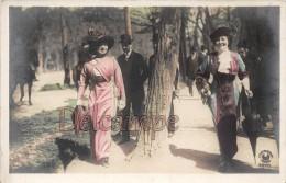 Les élégantes En Promenade Dans Le Parc 1917 - Ombrelle Et Chapeaux -The Elegant Women In Walk In The Park 1917 Parasol - Moda