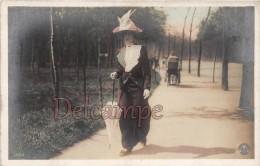 Elégante En Promenade Dans Le Parc 1917 - Ombrelle Et Chapeaux -The Elegant Women In Walk In The Park 1917 Parasol - Moda