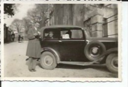HOMBRE JUNTO A UN AUTOMOVIL CIRCA 1930   OHL - Automobili