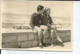 PAREJA EN LA RAMBLA DE MAR DEL PLATA   ARGENTINA    CIRCA 1940  PEQUEÑA FOTOGRAFIA    OHL - Persone Anonimi